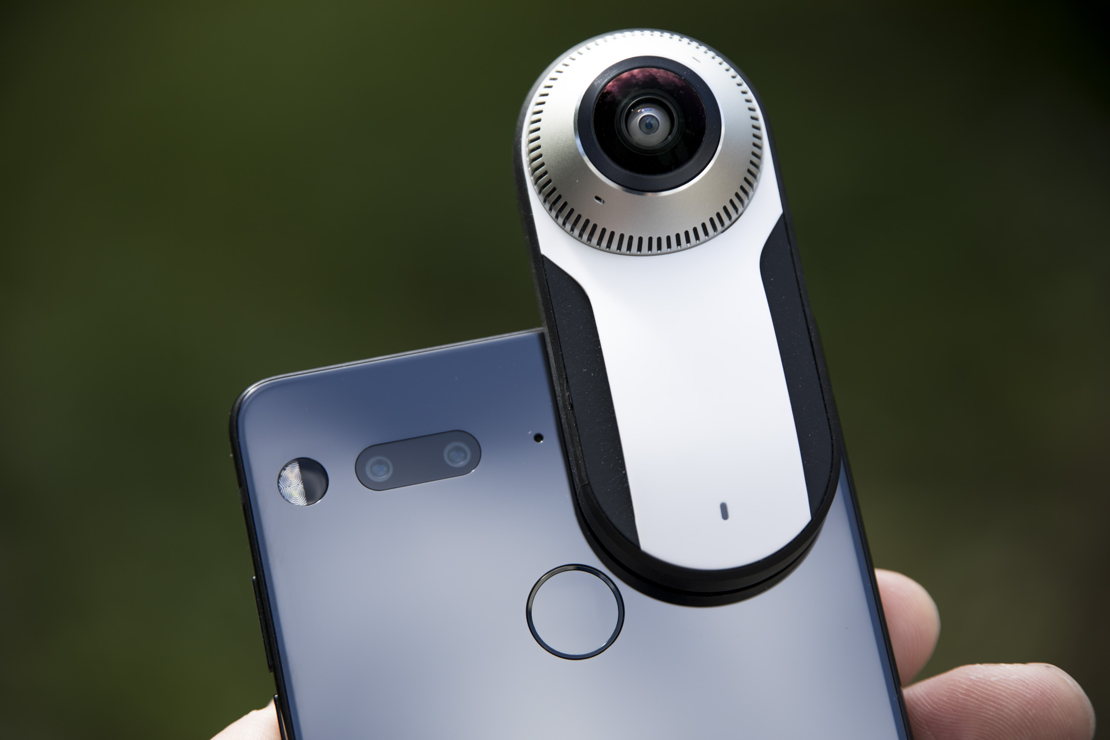 Essential Phone can now stream live to Facebook from the 360 camera add-on